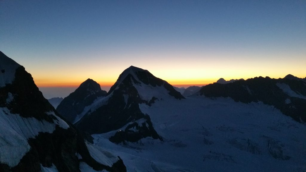 Sonnenaufgang an der Jungfrau, Blick zum Eiger und Mönch